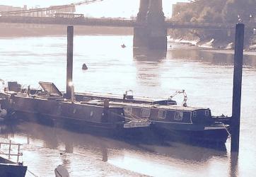 Narrow boat amarré à proximité du pont d'Hammersmith