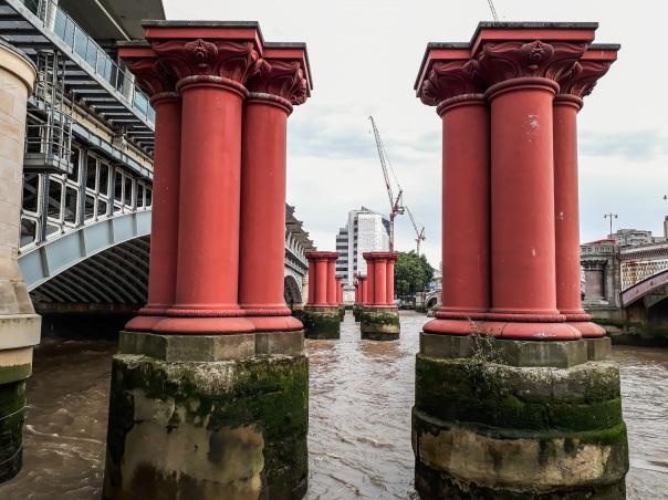 piliers rouges pont de blackfriars