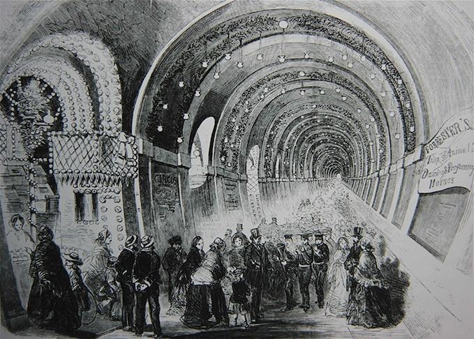 Visiteurs ébahis dans le Thames Tunnel.